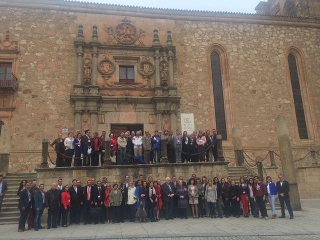 """: Compartiendo la foto """"familiar"""", del Grupo de colegas en la fachada del Colegio Fonseca, Universidad de Salamanca, 2018."""