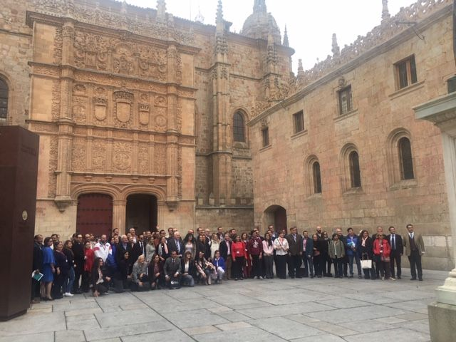 Foto de todos los congresistas en la Fachada Principal de la Universidad de Salamanca.